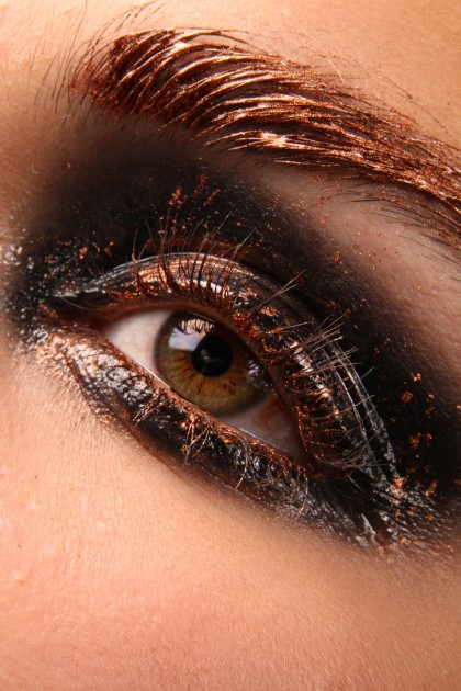 Close-up beauté artistique, playing with copper pigment, wet look
